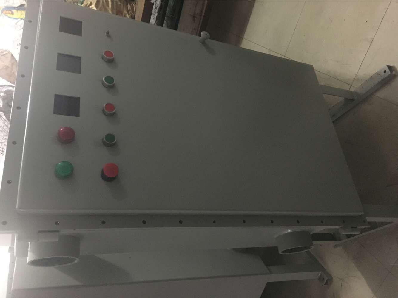 可根据用户要求安装各种普通的检测仪表、分析仪表、显示仪表、变压器、软启动器、变频器、PLC触摸屏、各种按钮、开关、微电脑触摸屏以及普通电器元件,对用户需装电器元件完全不受限制;一拖二电机变频启动防爆控制柜采用多样化设计,可选择柜式(上下形式,左右形式)、壁挂式、琴台式、平面式等;